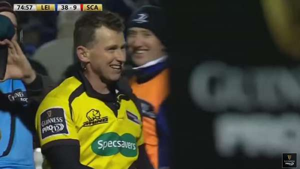 Nigel Owens amonestó al ball boy